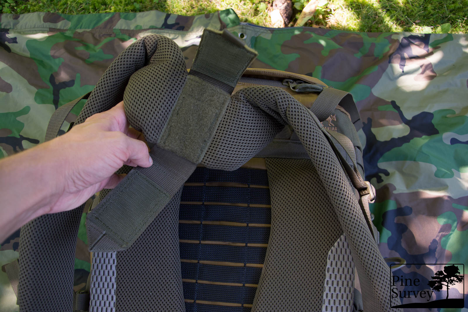 The thickly padded shoulder straps and the system to adjust them